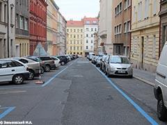 Прага. Парковка у обочины